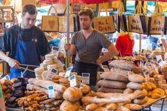 LONDON - JUNI 12, 2015: Oidentifierat folkköpbröd på ett bageri i stadmarknaden, London, UK Arkivbilder
