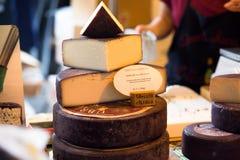 LONDON - JUNI 12, 2015: Ost shoppar i London En variation av ostar som är till salu på stadmarknaden i London, Förenade kungarike Arkivbilder