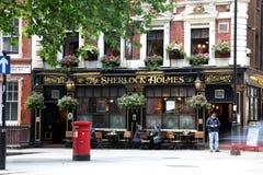 LONDON - JUNI 19: På yttersida av baren för att dricka och socializi Royaltyfria Bilder
