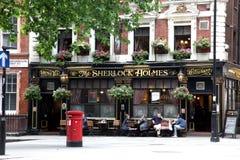LONDON - JUNI 19: På yttersida av baren för att dricka och socializi Royaltyfri Foto