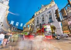LONDON - JUNI 2015: Rote Busse und Touristen entlang Regent Street a Lizenzfreie Stockbilder