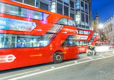LONDON - JUNI 2015: Rote Busse und Touristen entlang Regent Street a Lizenzfreies Stockfoto