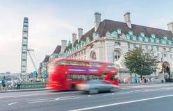 LONDON - 11. JUNI 2015: Roter doppelter Decker Bus entlang Stadtstraßen Lizenzfreie Stockbilder