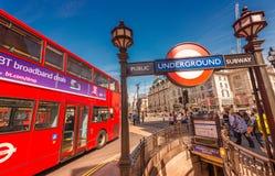 LONDON - 11. JUNI 2015: Roter doppelter Decker Bus entlang Stadtstraßen Stockfotografie