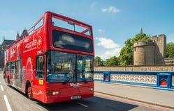 LONDON - 11. JUNI 2015: Roter doppelter Decker Bus entlang Stadtstraßen Stockbilder