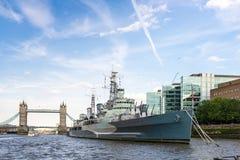 LONDON - JUNI 25: Sikt av tornbron och HMS Belfast från royaltyfria bilder