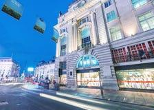 LONDON - JUNI 11, 2015: Trafik och turister på natten i regent Royaltyfri Fotografi