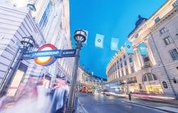 LONDON - JUNI 11, 2015: Trafik och turister på natten i regent Arkivbild