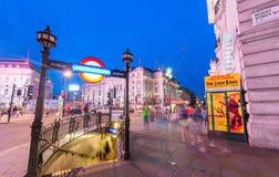 LONDON - JUNI 11, 2015: Trafik och turister på natten i regent Royaltyfri Foto