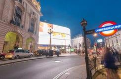 LONDON - JUNI 11, 2015: Trafik och turister på natten i regent Arkivfoto