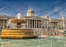 LONDON - JUNI 29, 2015: Turister tycker om Trafalgar Square London Arkivfoton