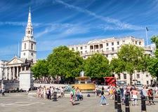 LONDON - JUNI 29, 2015: Turister tycker om Trafalgar Square London Royaltyfria Foton