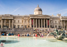 LONDON - JUNI 29, 2015: Turister tycker om Trafalgar Square London Royaltyfri Bild
