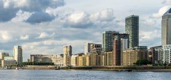LONDON - 25. JUNI: Verschiedene Arten von Gebäuden entlang dem Fluss T Stockfoto
