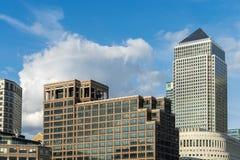 LONDON - 25. JUNI: Verschiedene Arten von Gebäuden entlang dem Fluss T Lizenzfreie Stockbilder