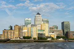 LONDON - 25. JUNI: Verschiedene Arten von Gebäuden entlang dem Fluss T Stockfotos
