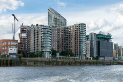 LONDON - 25. JUNI: Verschiedene Arten von Gebäuden entlang dem Fluss T Lizenzfreie Stockfotografie