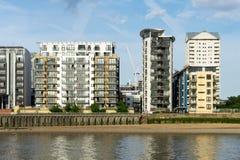 LONDON - 25. JUNI: Verschiedene Arten von Gebäuden entlang dem Fluss T Stockbild