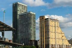 LONDON - 25. JUNI: Verschiedene Arten von Gebäuden entlang dem Fluss T Lizenzfreies Stockfoto