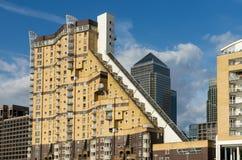 LONDON - 25. JUNI: Verschiedene Arten von Gebäuden entlang dem Fluss T Lizenzfreie Stockfotos