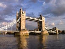 London-Kontrollturm-Brücke bis zum bewölktem Tag Stockbild