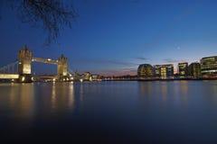 London-Kontrollturm-Brücke bis zum Nacht Stockfoto