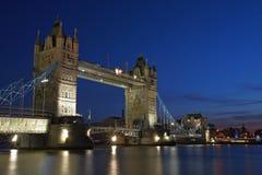London-Kontrollturm-Brücke bis zum Nacht Stockfotos