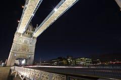 London-Kontrollturm-Brücke bis zum Nacht Lizenzfreie Stockbilder