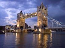 London-Kontrollturm-Brücke bis zum Nacht Lizenzfreies Stockbild