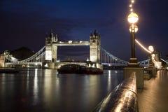 London - Kontrollturmbrücke in der Nacht Lizenzfreie Stockbilder