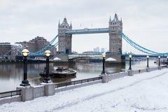 London-Kontrollturmbrücke mit Schnee Lizenzfreies Stockbild