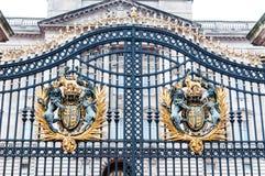 LONDON - kungligt vapen på Buckingham Palaceporten Royaltyfria Foton