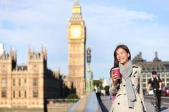 London kvinna som är lycklig vid Big Ben Arkivfoto