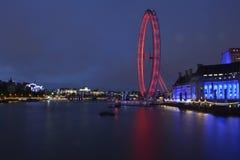 London-londoneye beleuchtet Nachtlange Belichtung Stockfotos