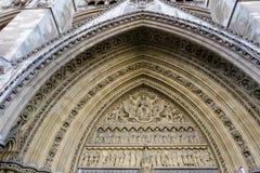 LONDON - 13. MÄRZ: Außenbogen an Westminster Abbey in London O Stockbild