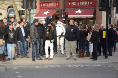 Darth Vader und Stormtroopers heraus und ungefähr in Londons Trafalgar Stockbild