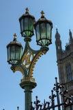 LONDON - 13. MÄRZ: Dekorative Lampe auf Westminster-Brücke in Londo Stockfoto