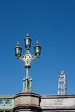 LONDON - 13. MÄRZ: Dekorative Lampe auf Westminster-Brücke in London Lizenzfreie Stockbilder