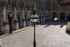 LONDON - 13. MÄRZ: Dekorativer Laternenpfahl im Boden des Hous Lizenzfreies Stockbild