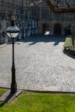 LONDON - 13. MÄRZ: Dekorativer Laternenpfahl im Boden des Hous Stockbilder