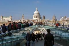 LONDON - 13. MÄRZ: Jahrtausend-Brücke und St. Pauls Cathedral in Lo Lizenzfreie Stockfotos