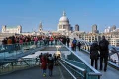 LONDON - 13. MÄRZ: Jahrtausend-Brücke und St. Pauls Cathedral in Lo Lizenzfreies Stockbild