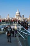 LONDON - 13. MÄRZ: Jahrtausend-Brücke und St. Pauls Cathedral in Lo Stockfoto