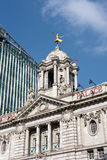 LONDON - 13. MÄRZ: Replik vergoldete Statue von Anna Pavlova auf dem C stockfotografie