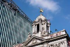 LONDON - 13. MÄRZ: Replik vergoldete Statue von Anna Pavlova auf dem C stockbilder