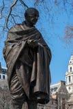 LONDON - 13. MÄRZ: Statue von Mahatma Gandhi im Parlaments-Quadrat Stockfoto