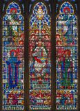 London - målat glass av Jesus Christ Pantokratoren, den jungfruliga Maryen, Stet Joseph och evangelisterna i kyrkaSt Etheldreda Royaltyfria Bilder