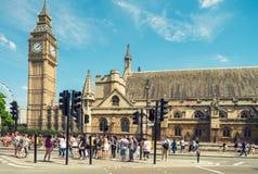 LONDON - MAJ 10, 2015 Turister kopplar av i Westminster London wel Royaltyfria Foton