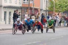 London-Marathon 2011 - Auslesefrauenrollstuhl Stockfoto