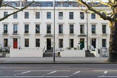 London - mars 30: En rad av typiska viktorianska radhus i London Kensington med färgrika dörrar på mars 30, 2017 Arkivfoto